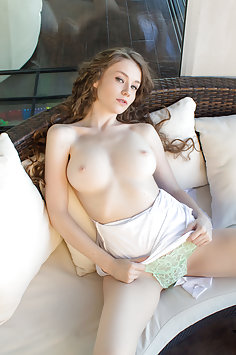 Emily Bloom shows her beautiful tits